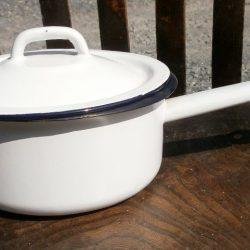 casserole fer émaillé blanc avec couvercle gauche