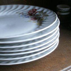 assiettes plates ligne hôtesse pile