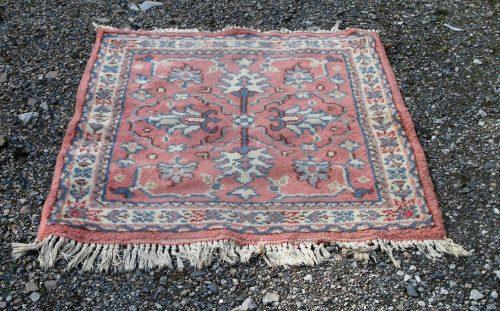 tapis vieux rose presque carré large