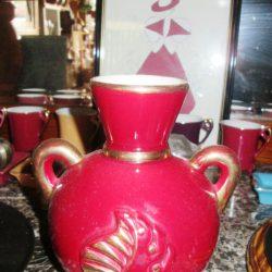vase rouge à feuilles