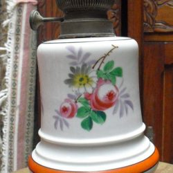 lampe à pétrole faience fleurie gauche