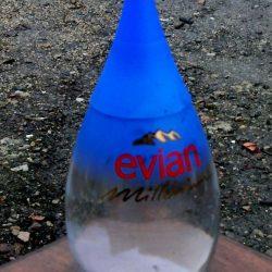 bouteille d'eau evian millenium face