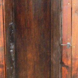 portes d'armoire foncées avec clef recto a