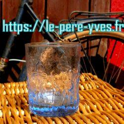 verres grands bleus droits face