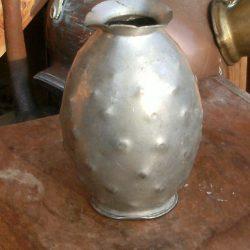 vase étain art repoussé recto