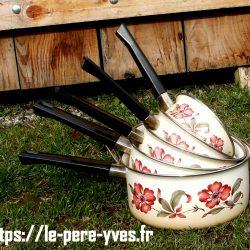casseroles fer émaillé empilées