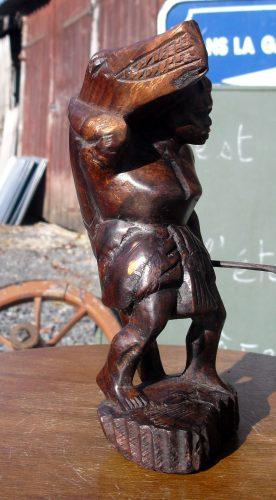statuette bois chasseuse crocodile biais droite