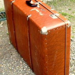 valise grande bakélite debout